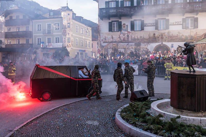 Bühnenfasching in St Gilgen am 25.02.2017, veranstaltet von der Faschingsgilde Schwarze Hand; Die Wale