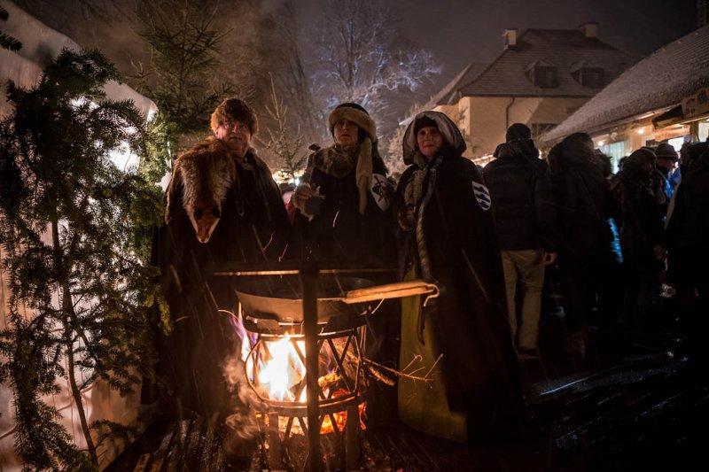 Wintersonnwendfeuer mit Weihnachtsmarkt auf Schloss Sighartstein am 16.12.2017, veranstaltet von Oldtimerfreunde Neumarkt   Foto und Copyright: Moser Albert, Fotograf, 5201 Seekirchen, Weinbergstiege 1, Tel.: 0043-676-7550526 mailto:albert.moser@sbg.at  www.moser.zenfolio.com