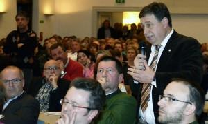 ... die Bürgermeister der Landgemeinden sind nicht so überzeugt. Von links Alois Daxinger aus Innerschwand, Johannes Gaderer aus St. Lorenz (grünes Sakko) und Matthias Reindl (stehend) aus Tiefgraben