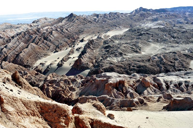 Auch wenn dieses Bild an eine Mondlandschaft erinnert. Es entstand auf der Erde in der Atacama-Wüste in Chile.
