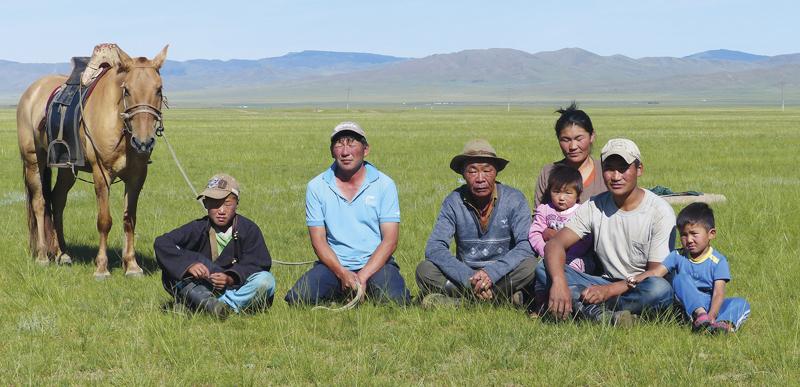 Peter Maierbrugger begegnet auf seinen Reisen allen Menschen mit entsprechendem Respekt und Zurück  haltung. Nur so sind solche Bilder möglich, wie das von der Nomadenfamilie in der mongolischen Steppe.
