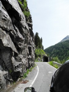 In Felsen gehauen, mit Natursteintunnel geschützt und ein Traum für Motorradfahrer. Fahrt auf der Malta Hochalmstraße