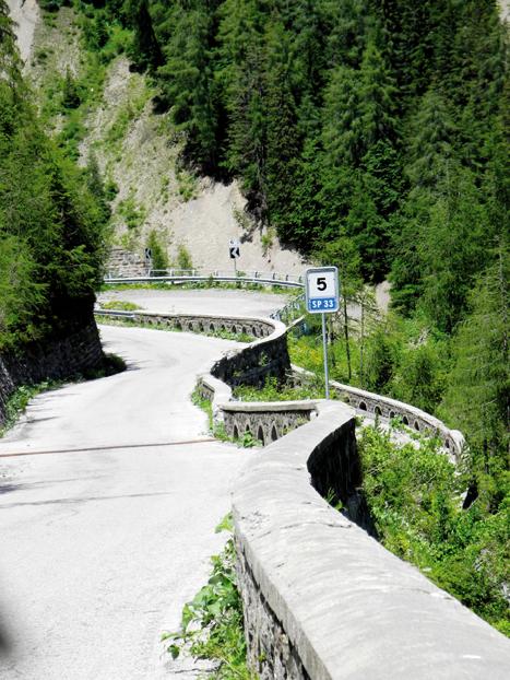 Ausflug nach Italien. Enger können Serpentinen nicht mehr sein, als auf der Straße oberhalb des Sauris-Sees.   Bilder: Bernadette Lenzenweger