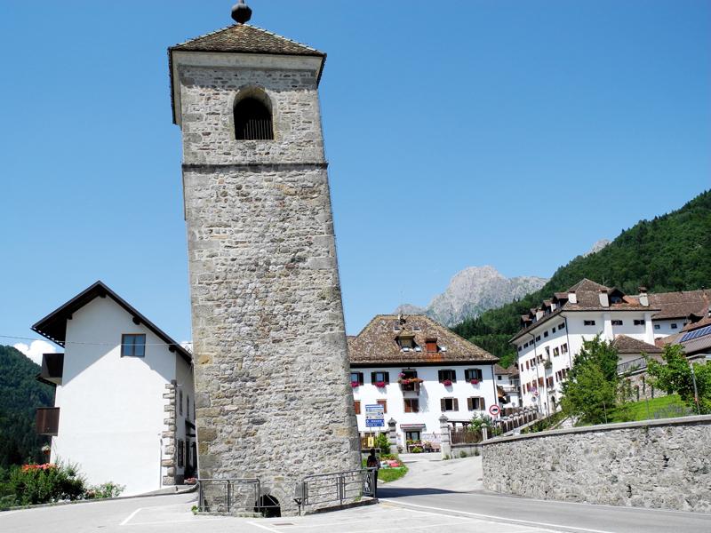 Nicht nur in Pisa gibt es einen schiefen Turm. Dieser hier steht mitten auf der Straße in Prato im Val Pesarina.