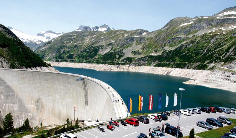 Die Kölnbrein Staumauer auf 2.000 Meter Höhe: 200 Meter Höhe und 626 Meter Breitesind notwendig, um in Spitzenzeiten 200 Millionen Kubikmeter Wasser zu stauen.