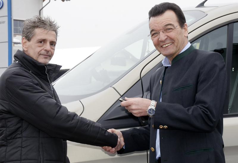 Max Lampelmaier (rechts) übergibt den Autoschlüssel an Erwin Schrümpf von der Griechenlandhilfe